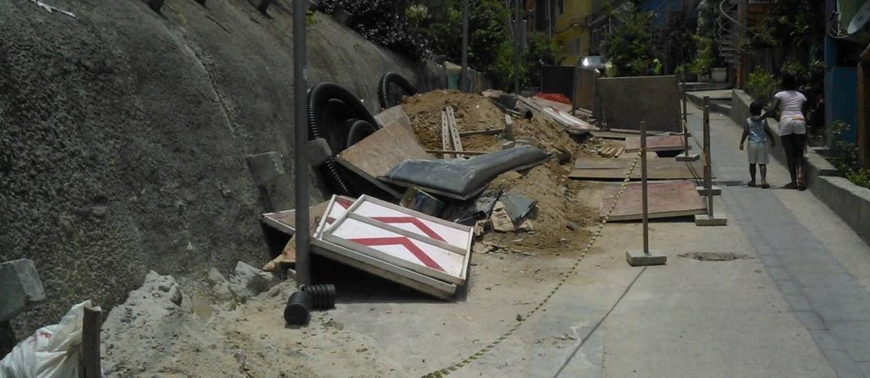 Tapumes impedem a passagem de carros na Rua 4. Foto: Foto do leitor Alberto / Eu-Repórter