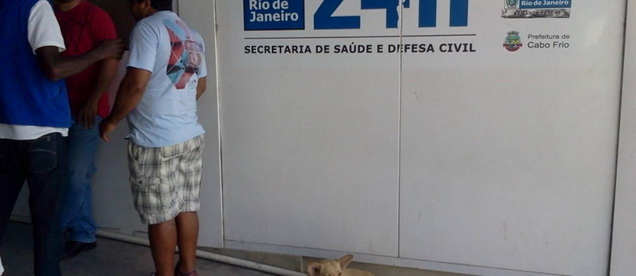 A vira-lata aguarda em frente à emergência pelo impossível: a saída de seu dono Foto: Renata Christiane / Divulgação