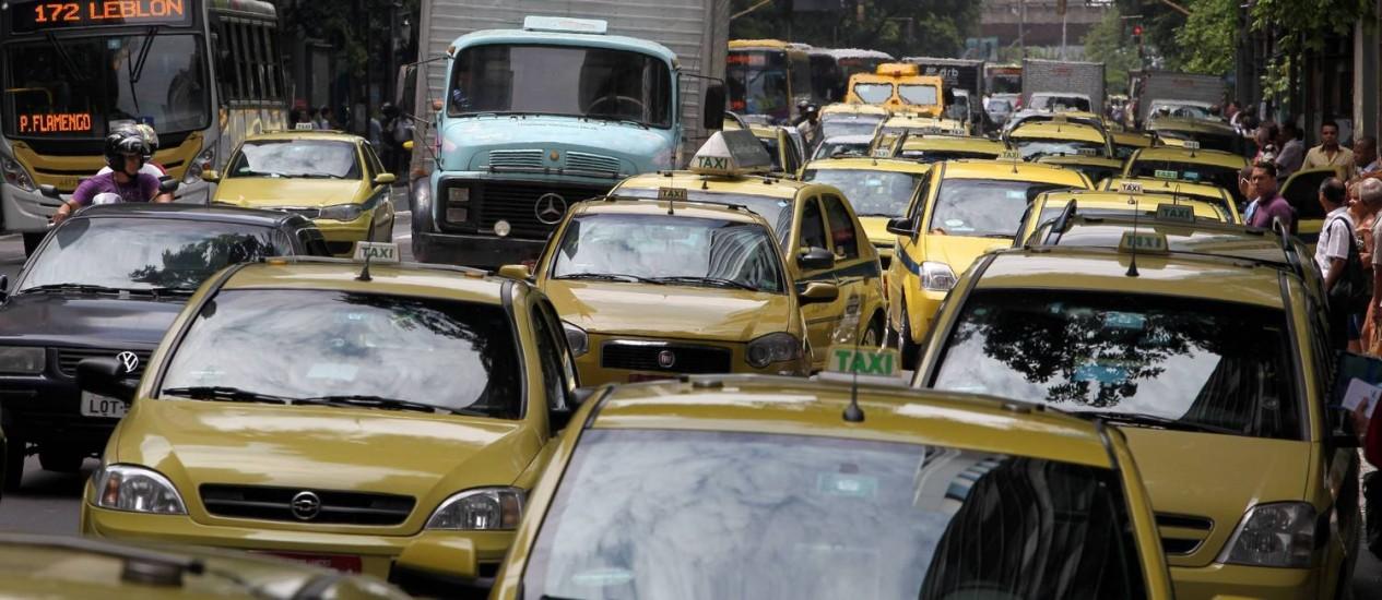 Excesso. Onda amarela na Avenida Rio Branco, no Centro: município tem hoje um táxi para cada 198 habitantes, enquanto o Plano Diretor da cidade prevê um para 700 Foto: Domingos Peixoto / O Globo