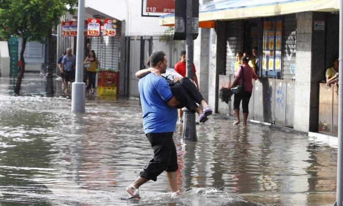 Mulher é carregada no colo na Rua do Catete Pablo Jacob / O Globo