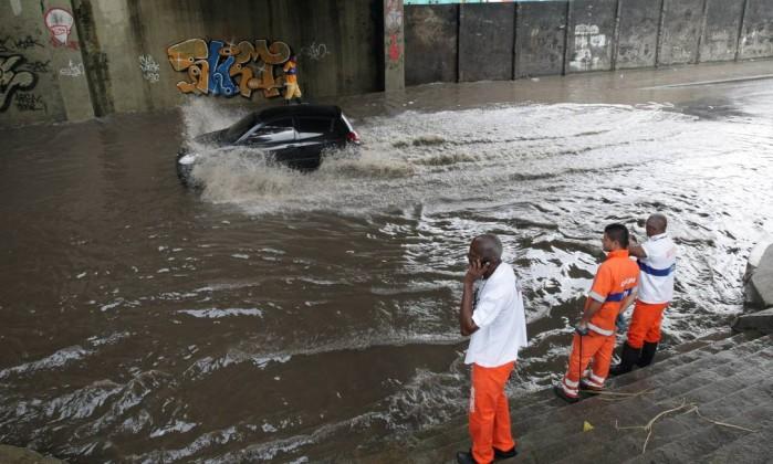A Rua Visconde de Niterói alagada, nas proximidades do Morro da Mangueira Bruno Gonzalez / Extra / Agência O Globo