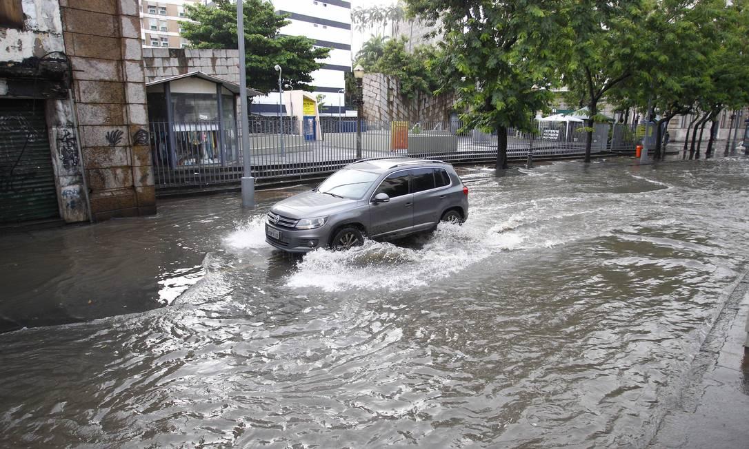 Carro passa pela Rua do Catete alagada Pablo Jacob / O Globo