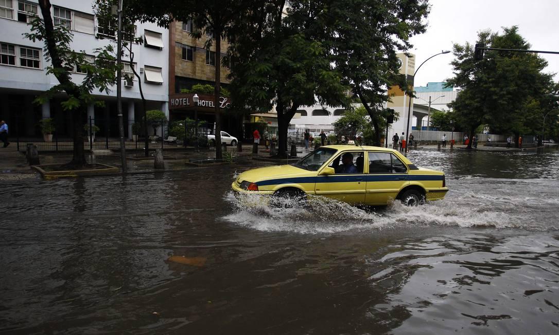 A Rua do Catete, na Zona Sul, amanhece alagada após forte chuva que atingiu a cidade O Globo / Pablo Jacob