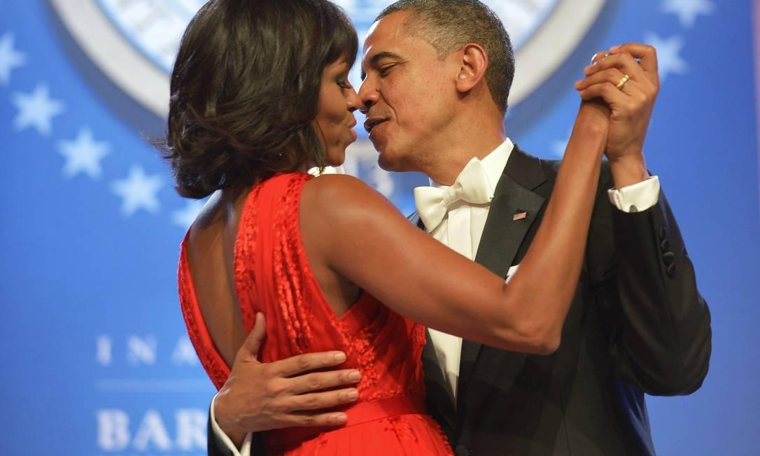 Obama não economizou em seu romantismo com a primeira-dama, Michele, no baile inaugural de seu segundo mandato MANDEL NGAN / AFP
