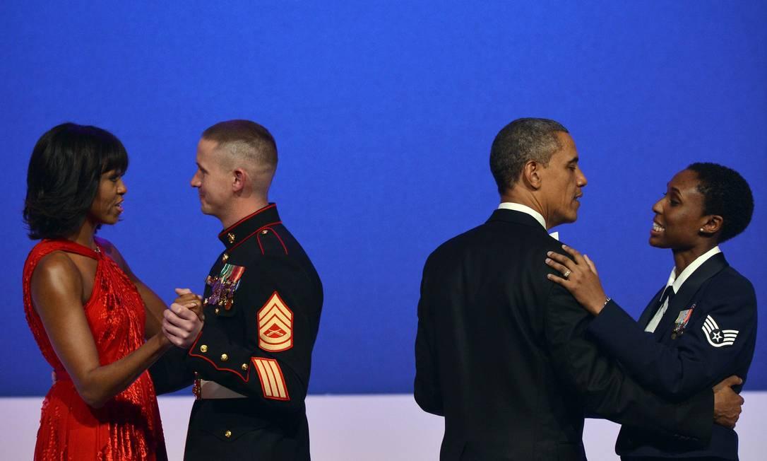 A primeira-dama e o presidente também dançaram com militares em homenagem às Forças Armadas dos EUA JEWEL SAMAD / AFP