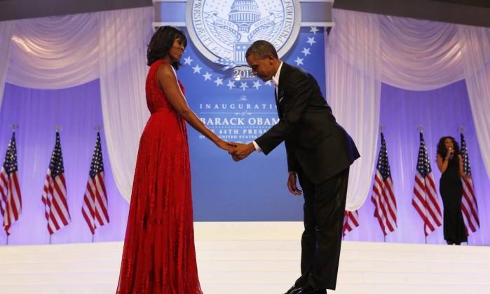 Barack Obama se curva para cumprimentar a primeira-dama antes da dança KEVIN LAMARQUE / REUTERS