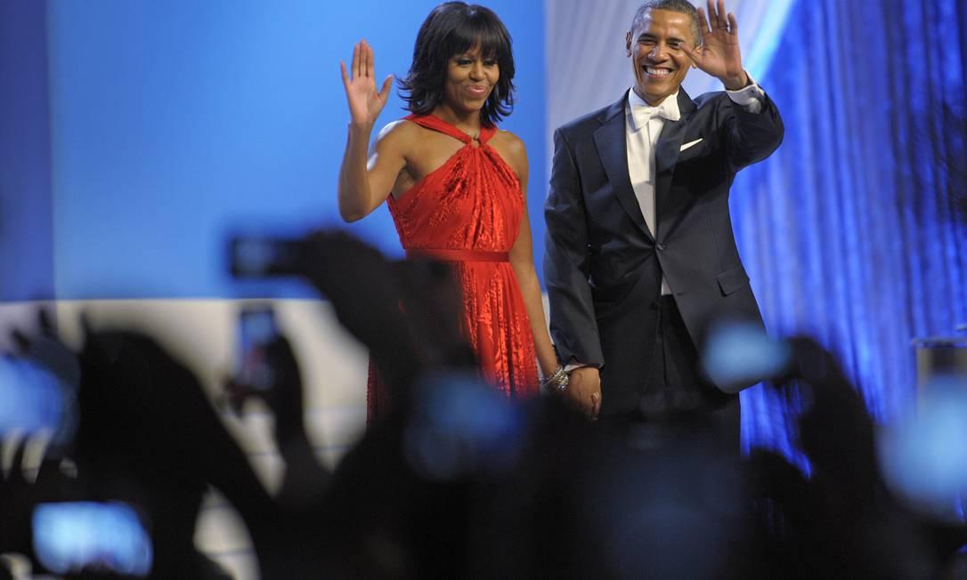 O casal acena para a plateia em Washington Cliff Owen / AP