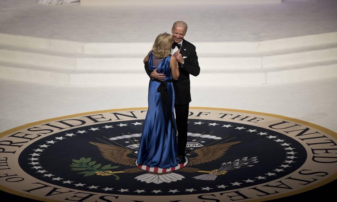 Biden também tomou posse na segunda-feira, em juramento feito instantes antes do presidente Barack Obama BRENDAN SMIALOWSKI / AFP