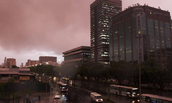A cidade chuvosa na manhã desta terça-feira. Na foto, a Avenida Presidente Vargas Fernando Quevedo / O Globo