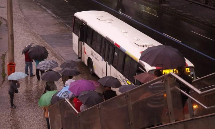 Pedestres descem a passarela do metrô, na altura da Cidade Nova Fernando Quevedo / O Globo