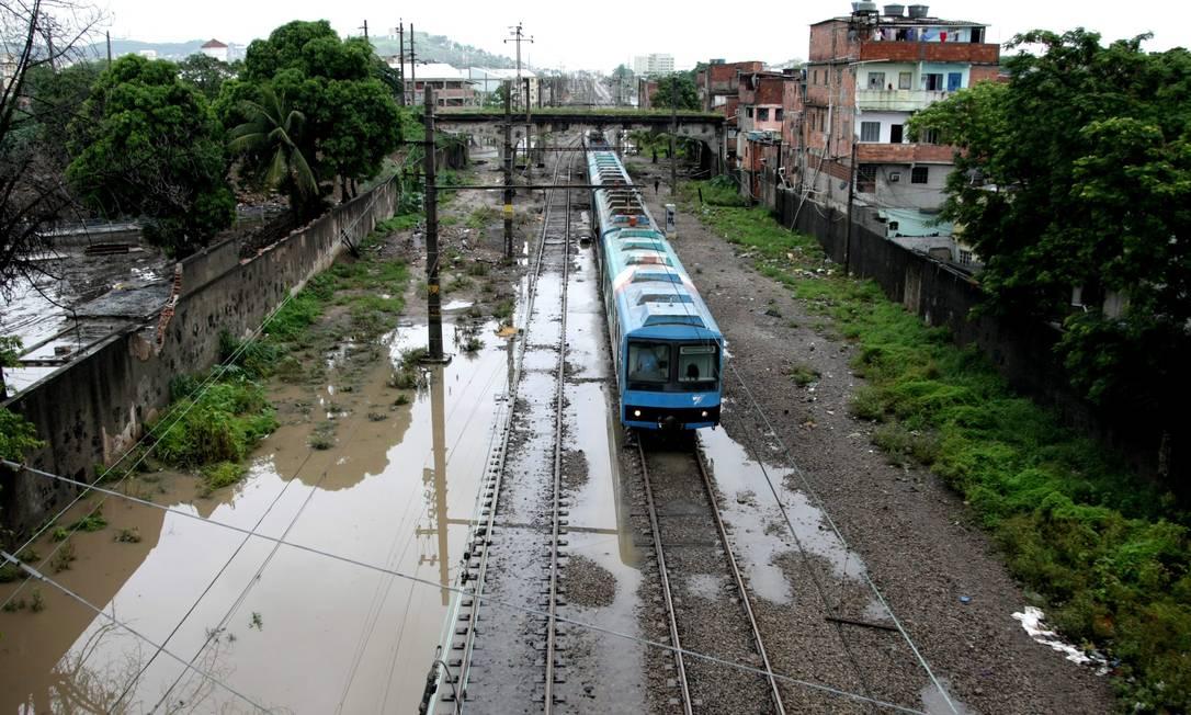Circulação dos trens da SuperVia também foi afetada pela chuva. Segundo a concessionária, há alagamentos no trecho entre Triagem e Manguinhos Bruno Gonzalez / O Globo