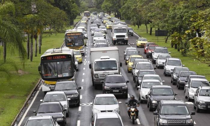 O Aterro do Flamengo com trânsito complicado nesta terça-feira. No início da manhã, a chuva inundou a pista sentido Copacabana Pablo Jacob / O Globo