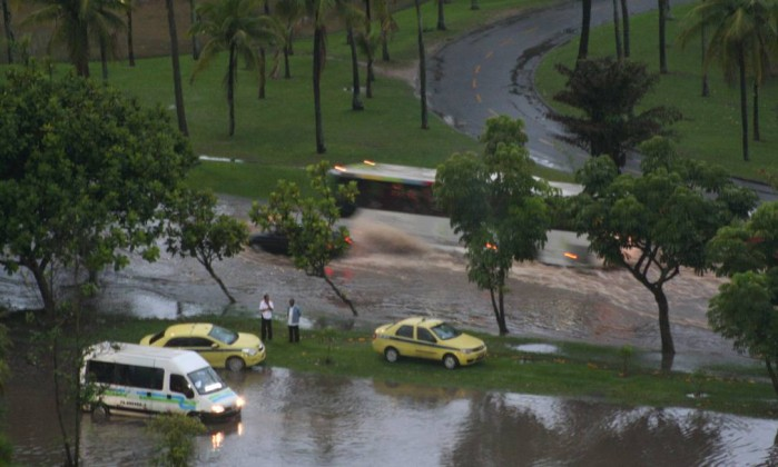 A forte chuva que atingiu a cidade nas primeiras horas da manhã provocou alagamentos no Aterro do Flamengo Foto do leitor Carlos Flores Duarte / Eu-Repórter