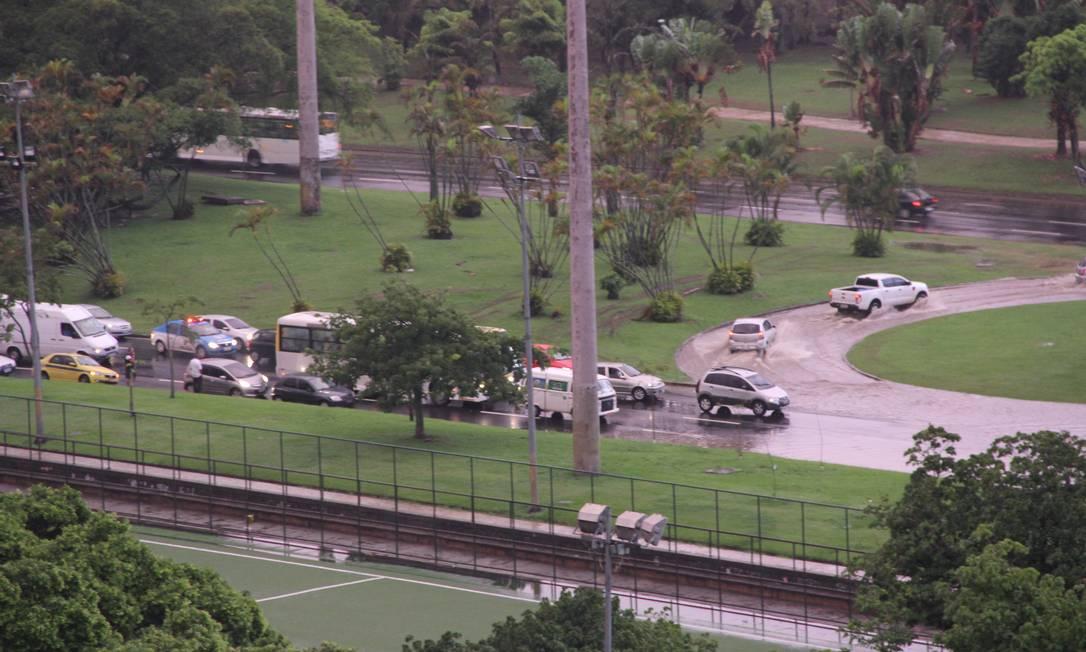Veículos enfrentaram dificuldades para transitar em meio à água acumulada sobre a pista Foto do leitor Carlos Flores Duarte / Eu-Repórter