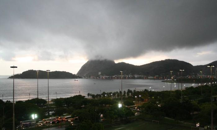 Nuvens carregadas cobriram o Pão de Açúcar logo cedo Foto do leitor Carlos Flores Duarte / Eu-Repórter