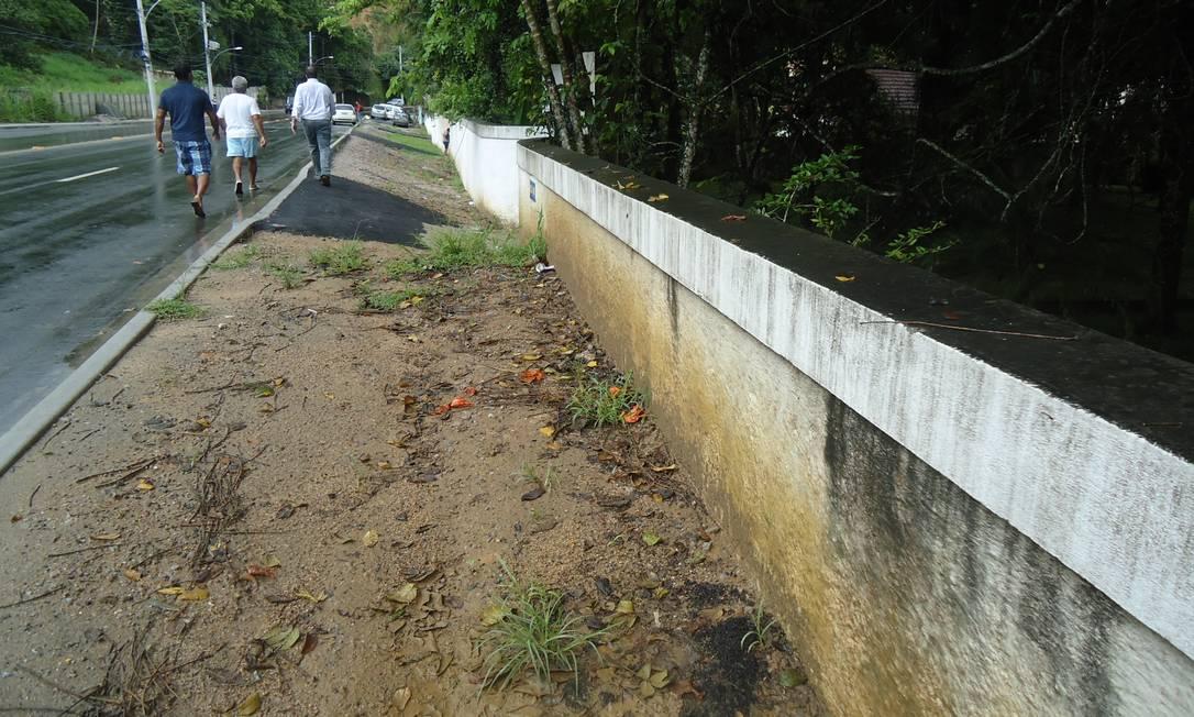 Sem pavimentação, as calçadas ficaram instransitáveis na Estrada dos Bandeirantes, também em Vargem Grande Foto da leitora Shalimar Catramby / Eu-Repórter