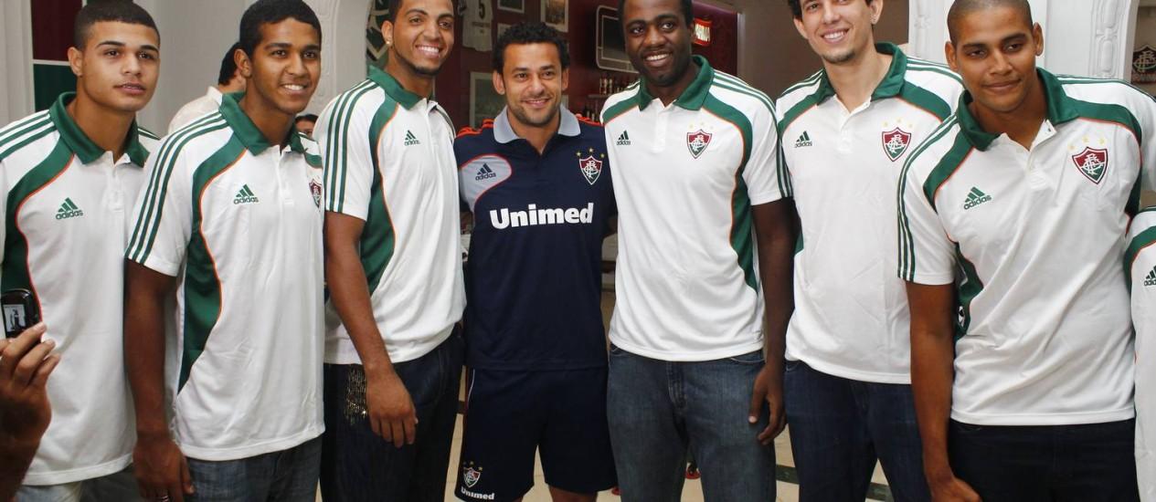 O atacante Fred com jogadores do time de basquete do Fluminense Foto: Divulgação