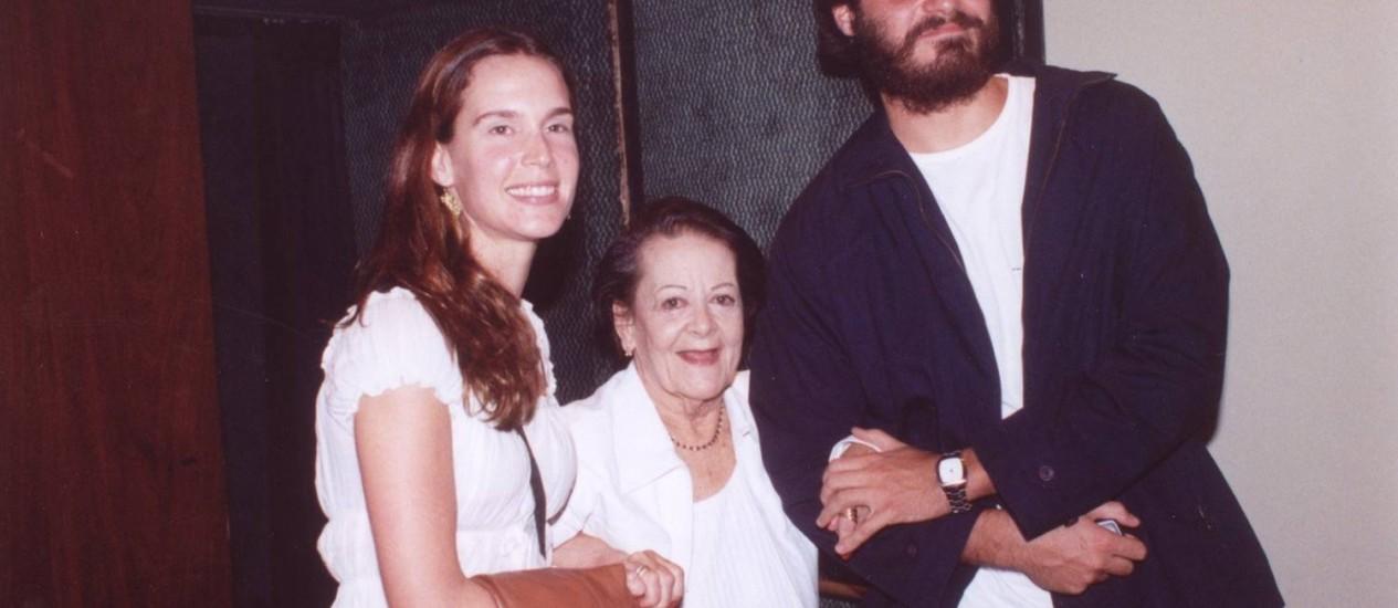 Lídia Mattos entre sua neta, a atriz Vanessa Lóes, e o ator Thiago Lacerda Foto: Cristina Granato / Divulgação