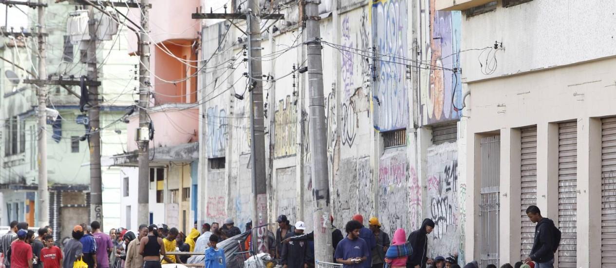Diversos movimentos sociais e organizações ligados à defesa dos direitos humanos realizaram, nesta segunda, manifestação contra a internação compulsória de dependentes químicos Foto: Michel Filho / O Globo