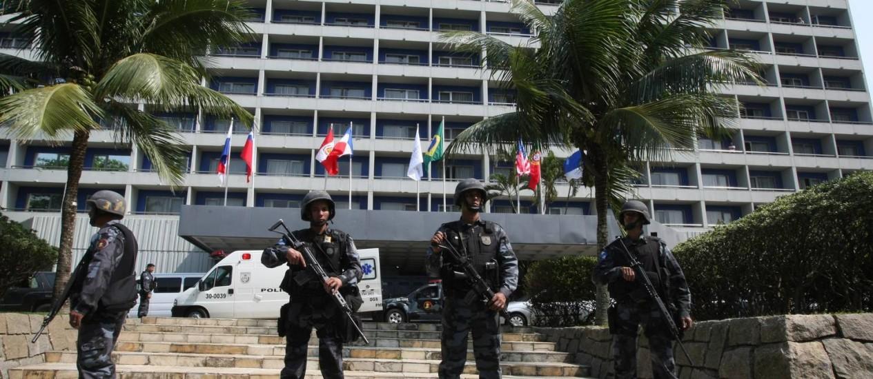 Policiais cercam o Hotel Intercontinental em São Conrado após a invasão do local por traficantes Foto: Marco Antônio Cavalcanti - 21/08/2010 / O Globo
