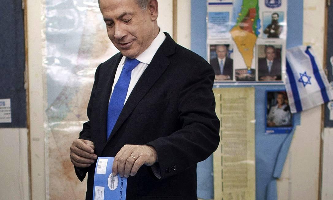 Primeiro-ministro Benjamin Netanyahu vota em Jerusalém acompanhado de sua esposa e filhos Uriel Sinai / AP