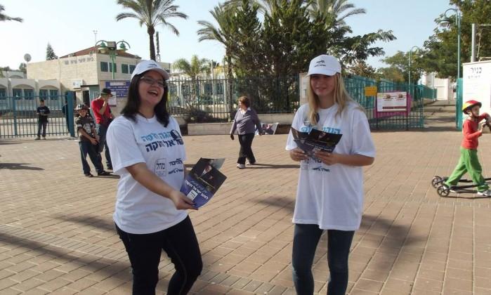 As imigrantes Anastacia Popov (à esq) e Alona Berkovitch distribuem santinhos do Likud-Beitenu numa seção eleitoral em Tel Aviv DANIELA KRESCH / Agência O Globo