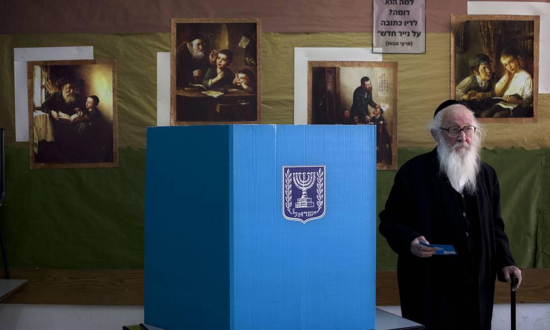 Um ultra-ortodoxo judeu vota em uma uma seção em Jerusalém; israelenses tem até às 22h (locais) para depositarem seus votos Sebastian Scheiner / AP