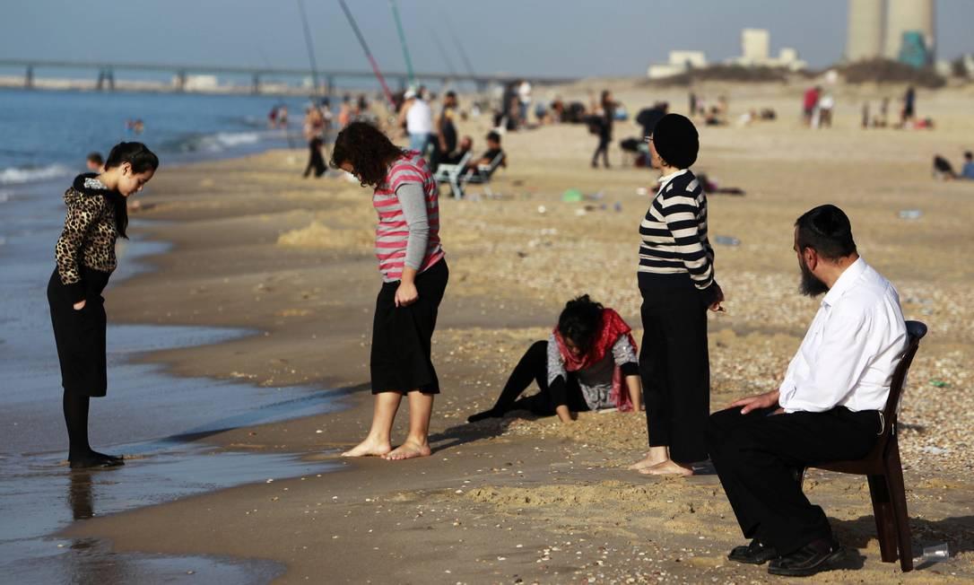 Israelenses aproveitam o dia de folga das eleições para passear pela praia de Zikim AMIR COHEN / REUTERS