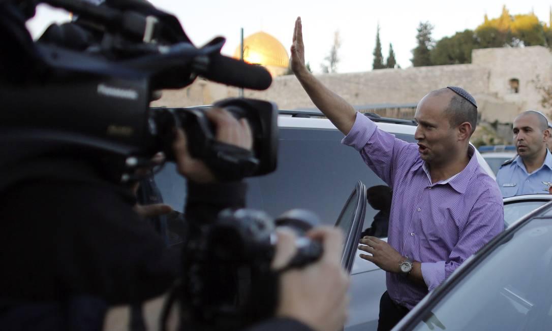 O líder do partido Bayit Yehudi , Naftali Bennett, acena após uma visita ao Muro das Lamentações de Jerusalém DARREN WHITESIDE / REUTERS