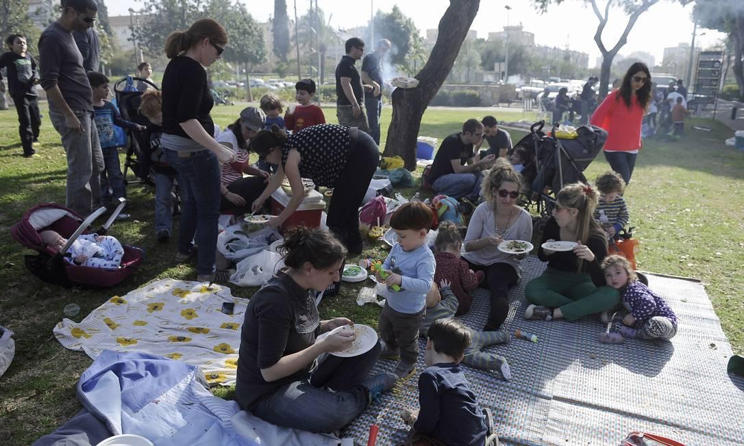 Israelenses fazem piquenique no dia das eleições DAVID BUIMOVITCH / AFP