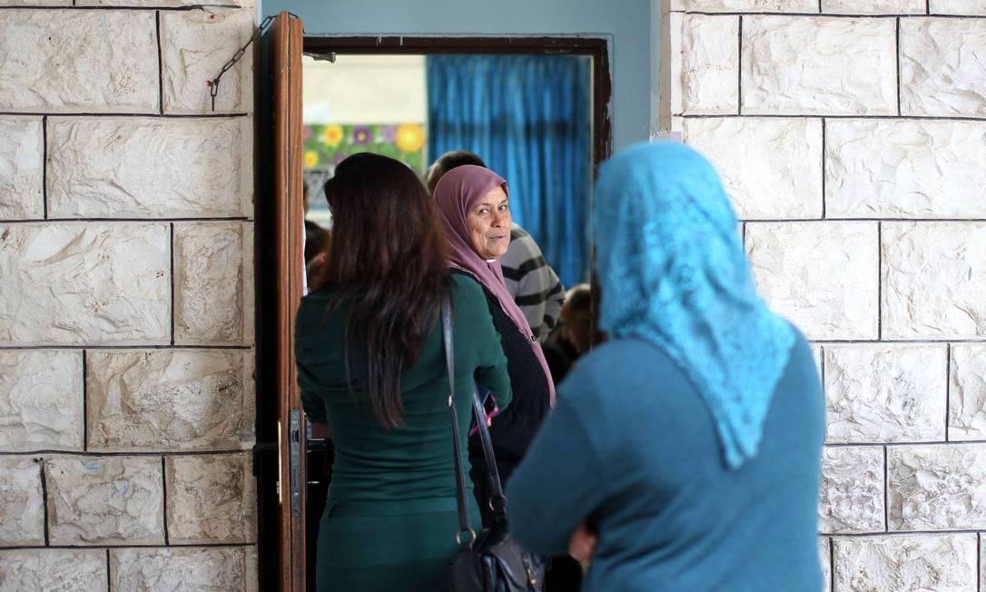 Mulheres árabe-israelenses aguardam na fila da cidade de Sakhnin para votarem AHMAD GHARABLI / AFP