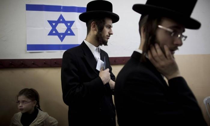 Judeus ultra-ortodoxos esperam para votar em Bnei Brak Oded Balilty / AP