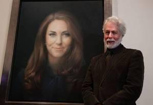 Paul Emsley ao lado da pintura de Kate Middleton Foto: Sang Tan / AP /