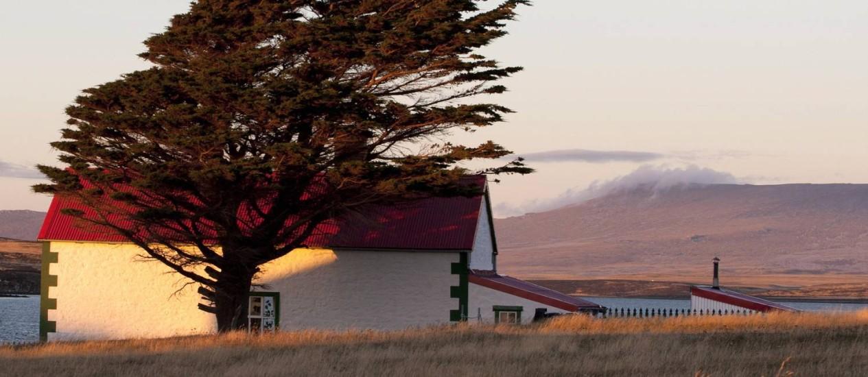 Com pouca gente circulando, a paisagem rural das Ilhas Malvinas se torna ainda mais dramática com a luminosidade do verão Foto: Simone Marinho / O Globo