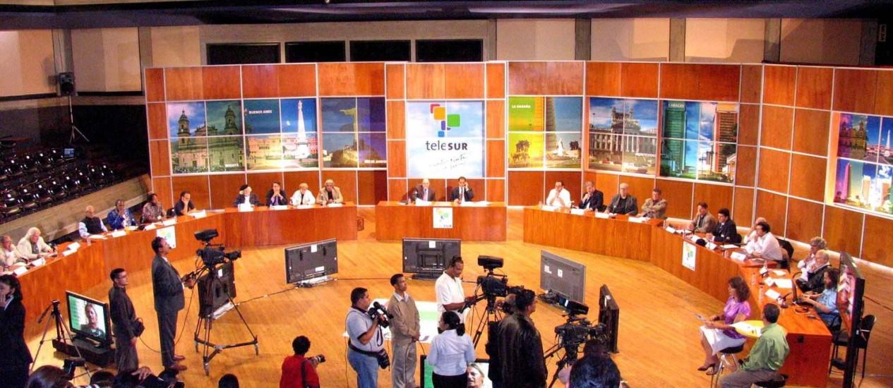 Ministro Andres Izarra durante a abertura do canal Telesur em 2005 Foto: William Dumont / El Nacional