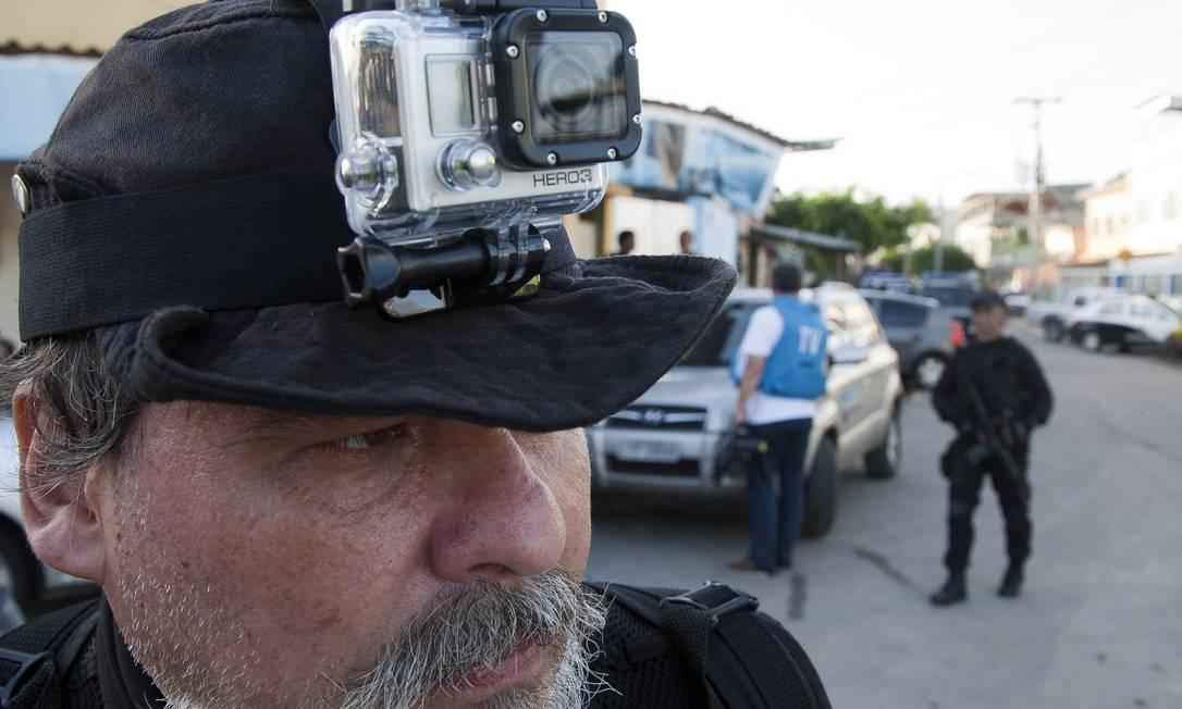Policial grava as imagens da operação na Favela Dique para prender acusados de matar policial em Vista Alegre na sexta-feira passada Fernando Quevedo / Agência O Globo