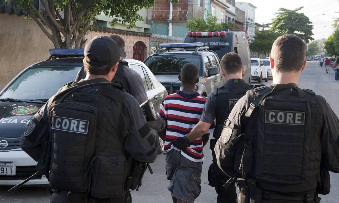 Um dos detidos durante a operação na Favela do Dique, na Zona Norte do Rio, para prender assassinos de policial civil Fernando Quevedo / Agência O Globo