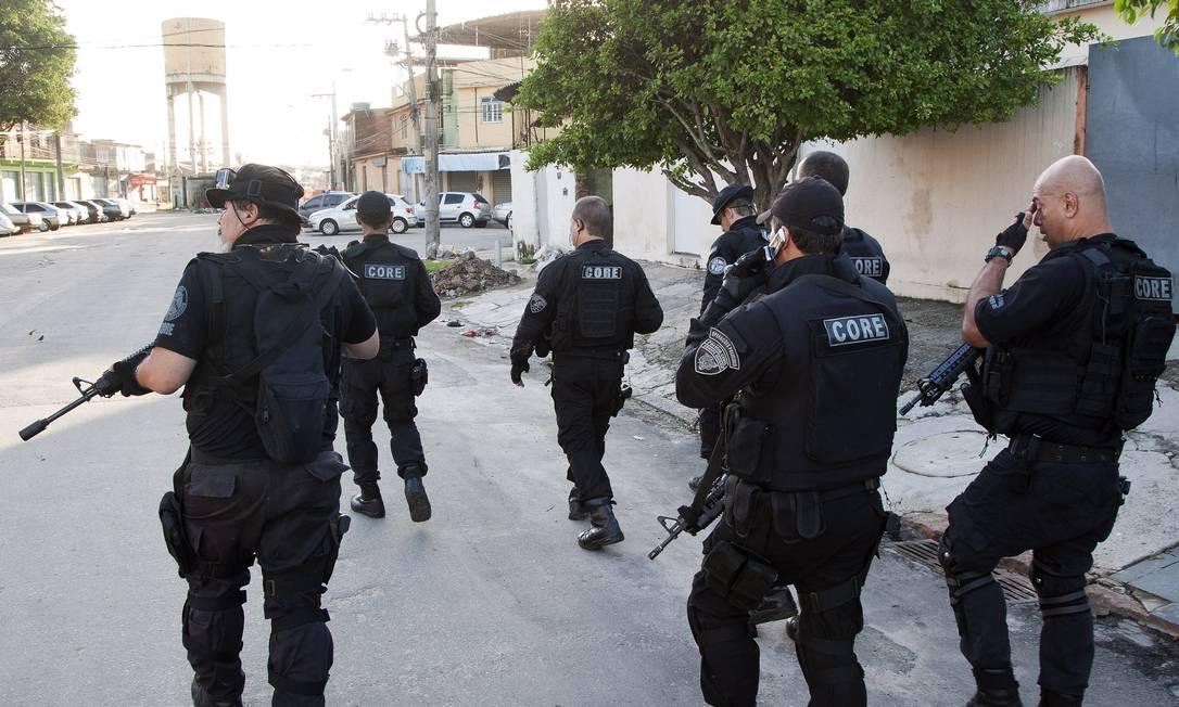 Os agentes chegaram à comunidade, por volta de 5h30m desta quarta-feira Fernando Quevedo / Agência O Globo