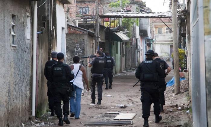 Ação visa a cumprir dois mandados de prisão e dois de busca e apreensão na Favela do Dique Fernando Quevedo / Agência O Globo