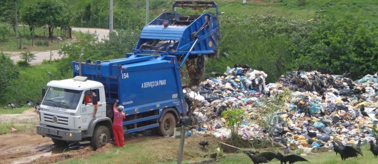 Um caminhão da prefeitura de Angra dos Reis despeja lixo no antigo depósito municipal: Inea quer que detritos sejam lançados a 116km da cidade Foto: Divulgação