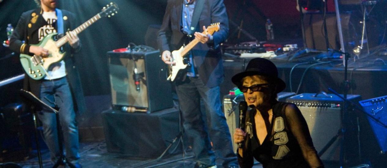 Yoko Ono durante uma apresentação em Nova York, em 2010, ao lado de Sean Lennon e Eric Clapton Foto: New York Times