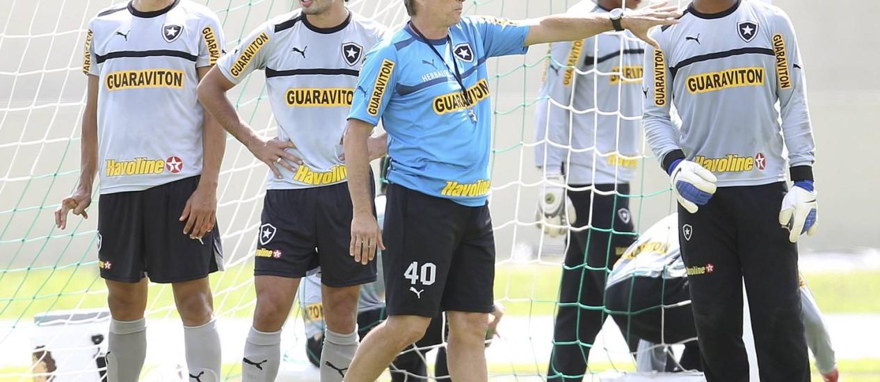 Oswaldo comanda o treino do Botafogo. Ele criticou as declarações de Loco Abreu Foto: Alexandre Cassiano / O Globo