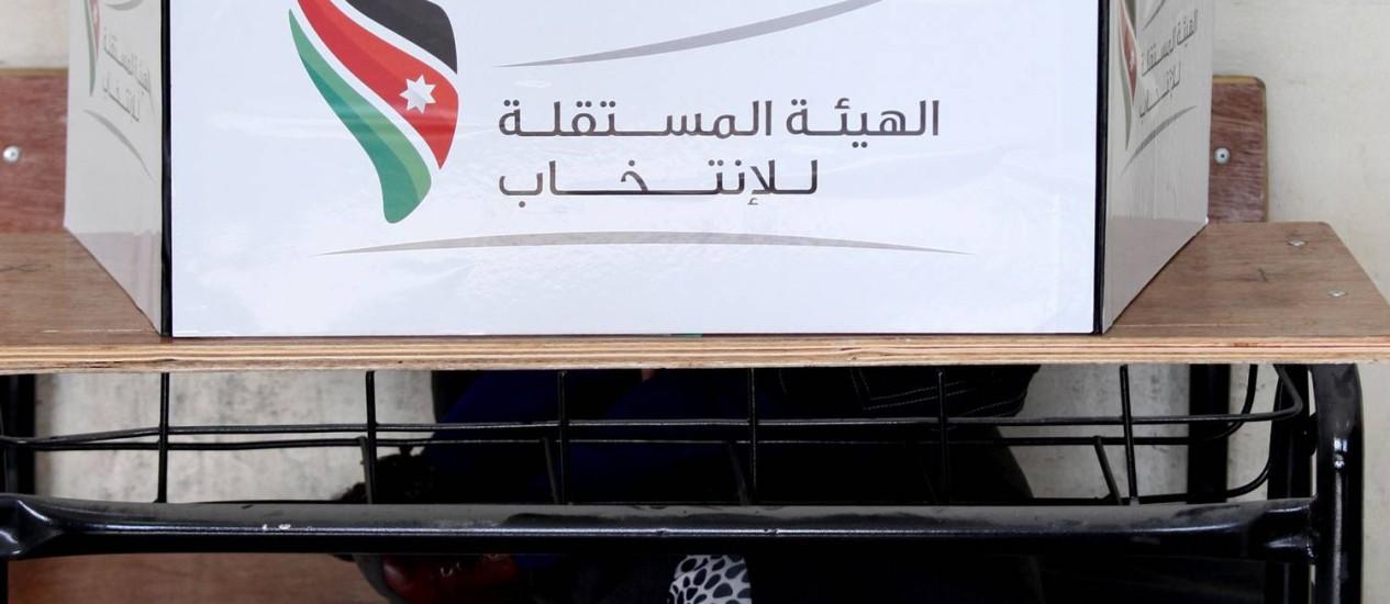 Uma mulher vota em uma seção eleitoral de Amã, na Jordânia Foto: Mohammad Hannon / AP