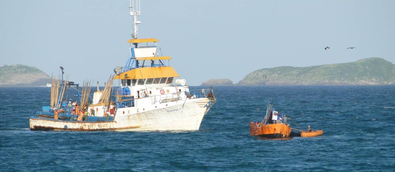 Navio que estaria praticando pesca predatória em Cabo Frio, na Região dos Lagos Foto: Ondas do Peró / Divulgação