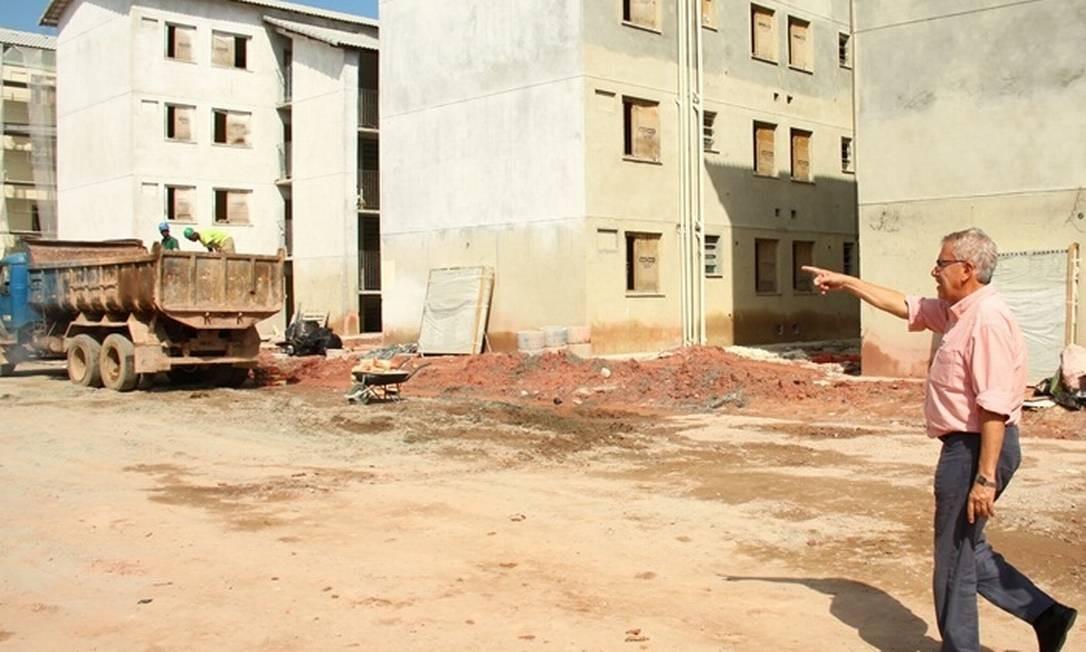 Prefeito Alexandre Cardoso visita obras do condomínio no bairro Nossa Senhora do Carmo Foto: Divulgação