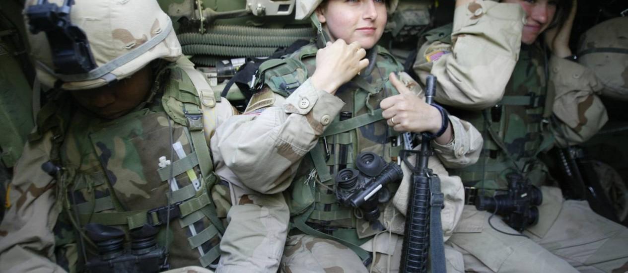 Soldadas americanas fazem patrulha em Bagdá em 2004 Foto: KARIM SAHIB / AFP