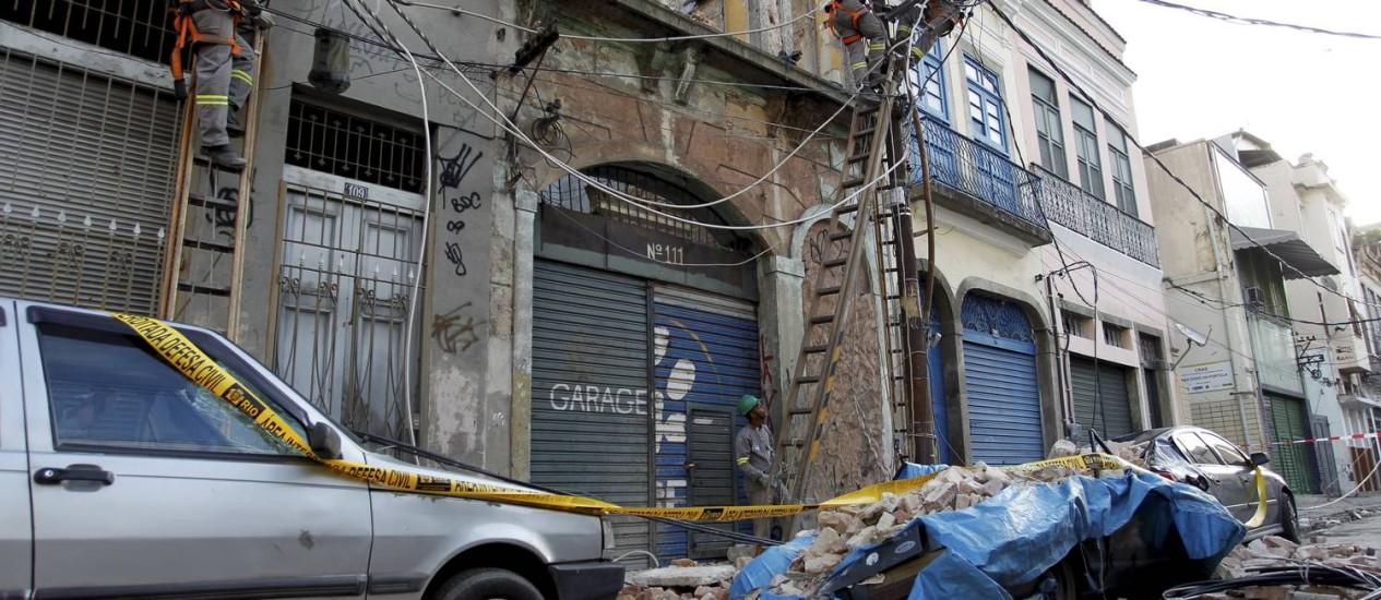 Fachada de sobrado na Rua do Livramento, no Centro do Rio, cai e atinge três carros Foto: Marcelo Piu / O Globo