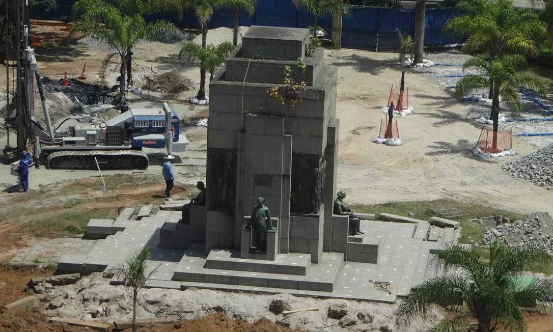 Trabalho teve início com a remoção dos degraus de pedra e cimento que serviam também como base ao monumento Foto do leitor José Conde / Eu-Repórter