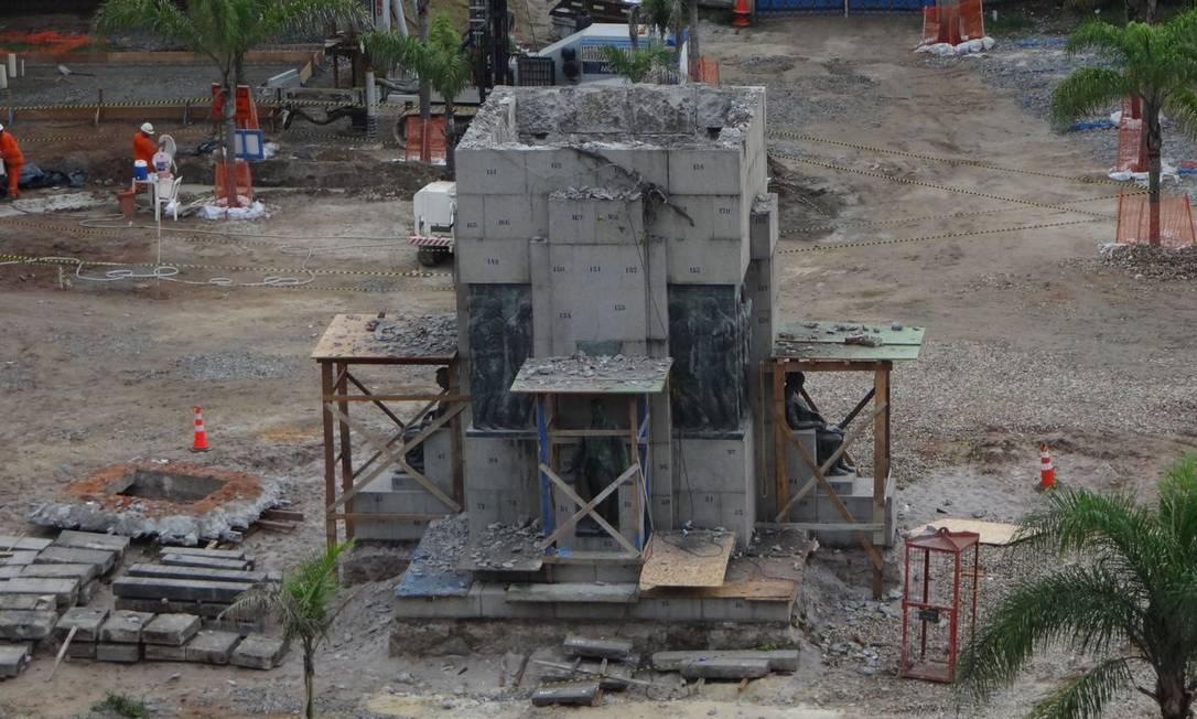 Antes da remoção das estátuas - que foram cobertas com pedaços de madeira - operários iniciaram a retirada de blocos de concreto da estrutura principal Foto do leitor José Conde / Eu-Repórter