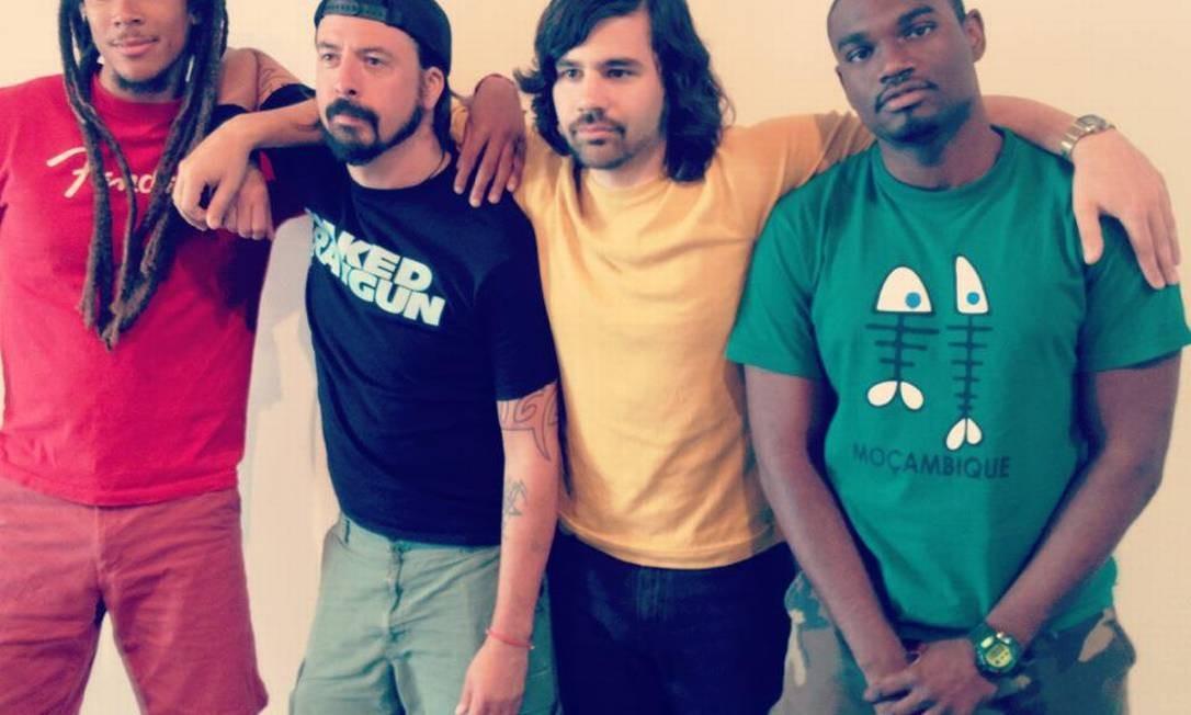 Baterista e vocalista Dave Grohl posa com integrantes da nova banda Foto: Divulgação